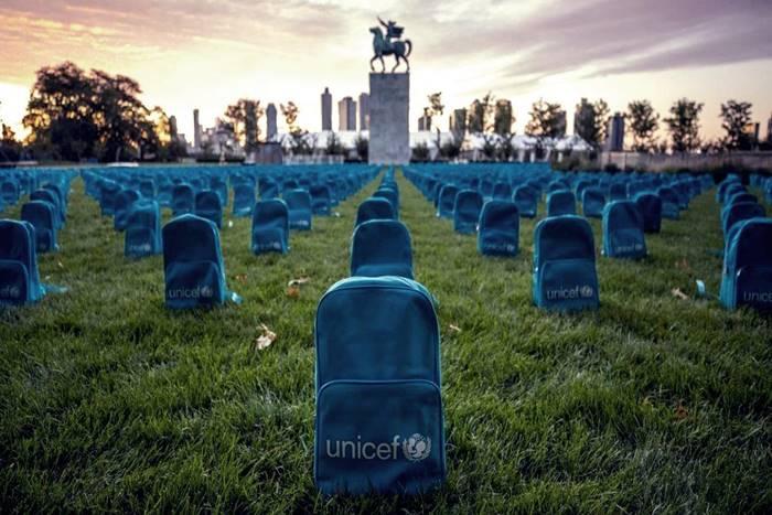 Στημένες οι σχολικές τσάντες της Unicef έξω από τον ΟΗΕ
