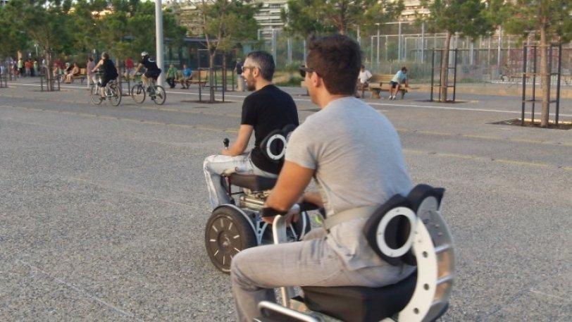 Δύο άντρες χρησιμοποιούν το όχημα Sui Generis Seat