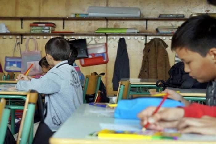 παιδιά πρόσφυγες σε σχολείο