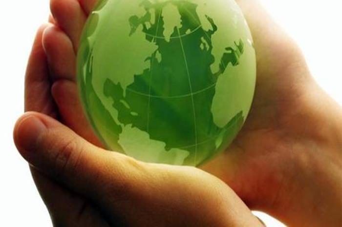 Η γη σε πράσινο χρώμα μέσα στα χέρια ενός ανθρώπου