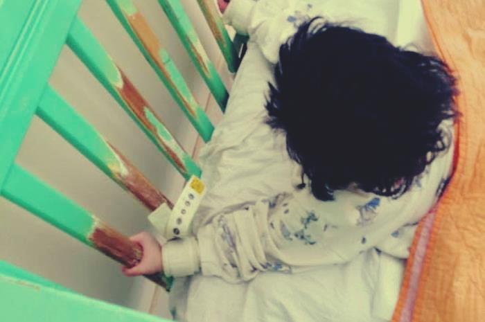 παιδί σε κρεβάτι μέσα σε κλουβί