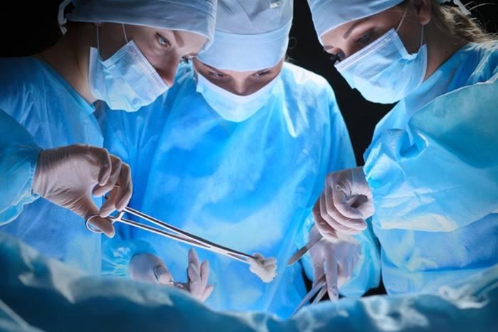 Γιατροί στο χειρουργείο κάνουν επέμβαση