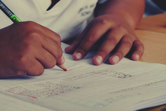 παιδί που γράφει σε τετράδιο