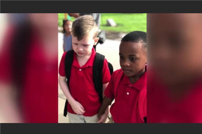 δύο οκτάχρονοι συμμαθητές ο ένας με αυτισμό
