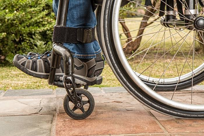 άνδρας με αναπηρικό αμαξίδιο