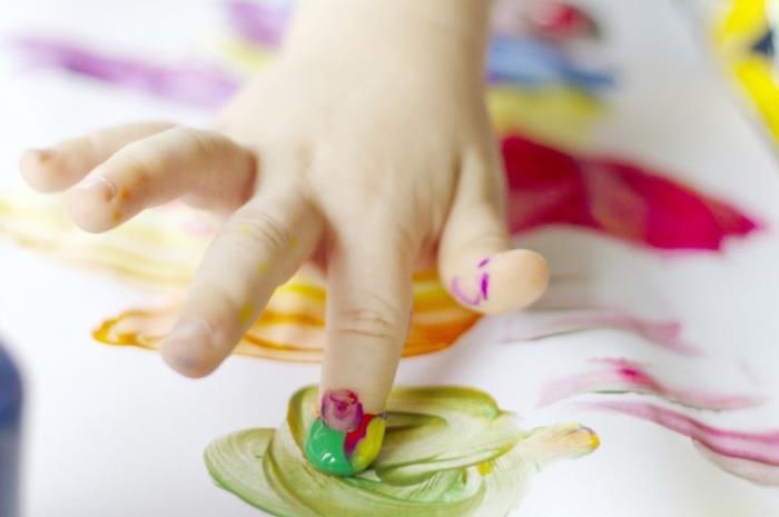παιδί με δαχτυλομπογιές αναπτύσσει προγραφικές δεξιότητες