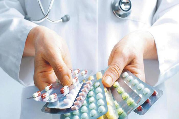 γιατρός κρατάει καρτέλες φαρμάκων