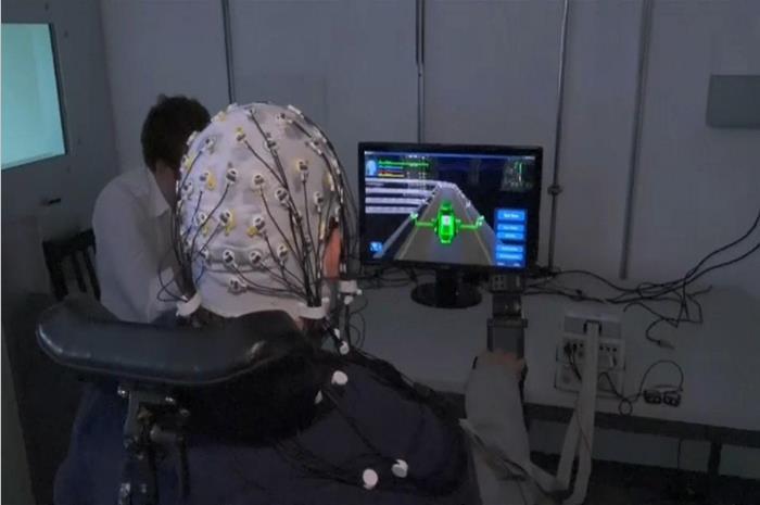 άνδρας παίζει video games με εγκεφαλικά σήματα