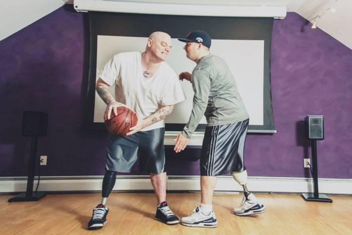 δύο άντρες με πρόσθετο μέλος και μπάλα μπάσκετ
