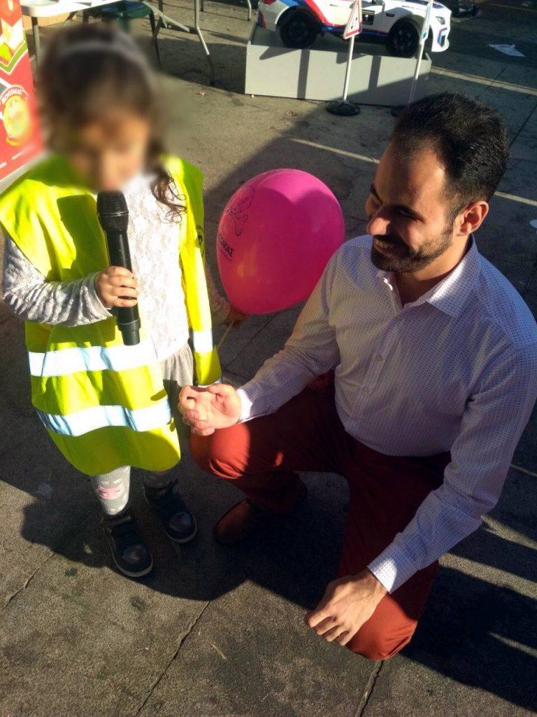 Ο Βαγγέλης με παιδάκι που του έχει δώσει το μικρόφωνο και μιλάει