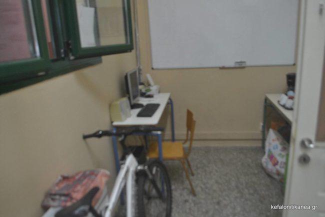 μια πολύ μικρή γωνία έξω από το γραφείο των καθηγητών