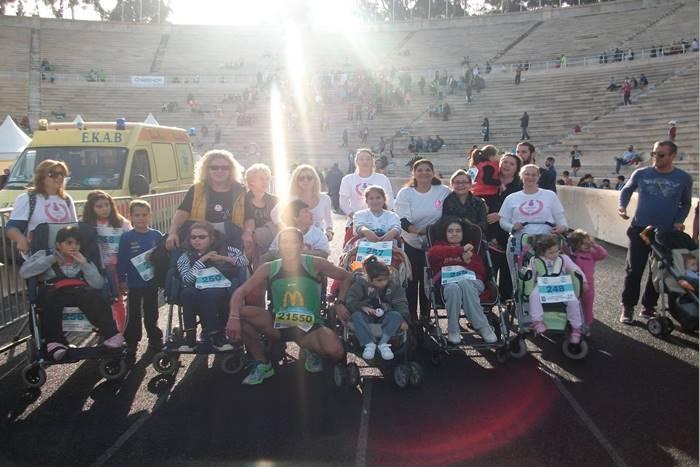 Συμμετοχή του συλλόγου σε αγώνα δρόμου φωτογραφία με παιδιά