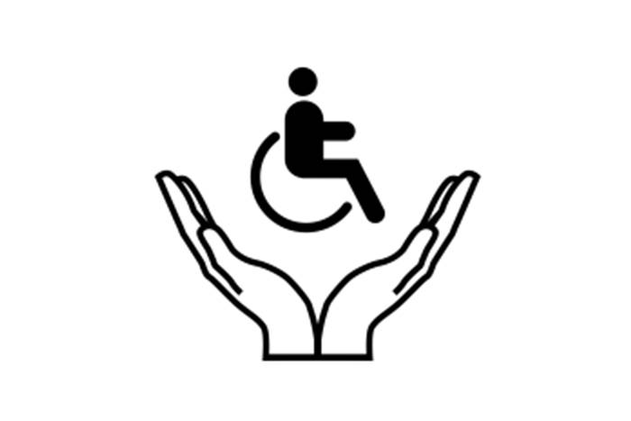 Δύο χέρια που κρατάνε στην χούφτα τους ένα αναπηρικό αμαξίδιο
