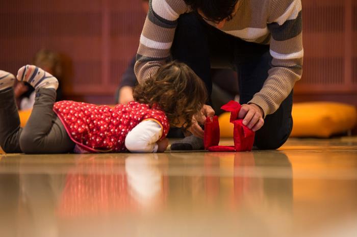 παιδί κατά τη δραστηριότητα του σε εργαστήρι