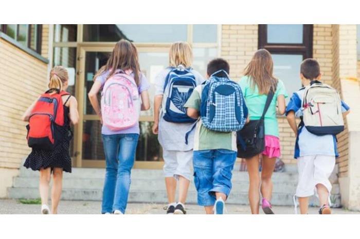 μαθητές με τσάντες