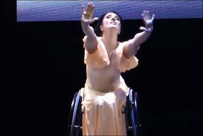 Η Έλενα Τσίνκα χορεύει