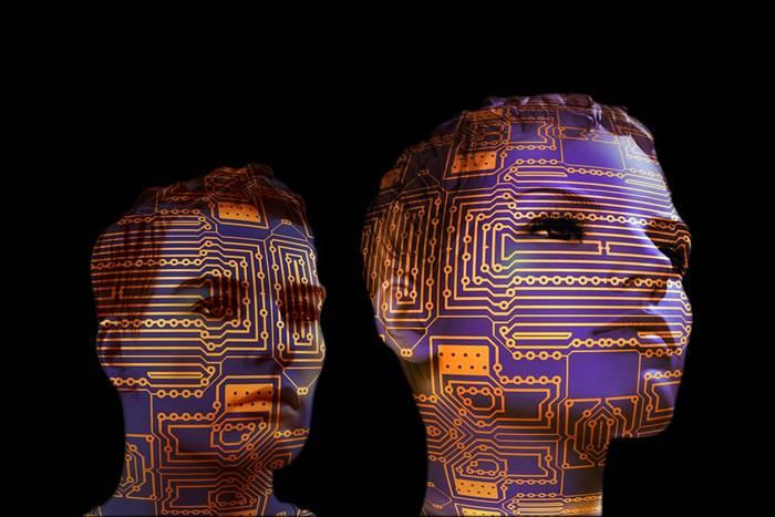 Δύο ανθρώπινα κεφάλια σκιαγραφημένα με εσωτερικό υπολογιστών