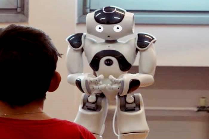 ένα παιδί μπροστά σε ένα ρομπότ