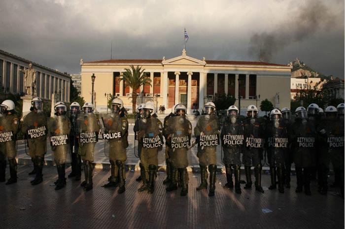 τα ΜΑΤ έξω από το πανεπιστήμιο Αθηνών