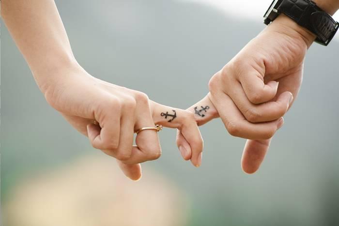 ένα ζευγάρι κρατιέται από τα δύο του δάχτυλα