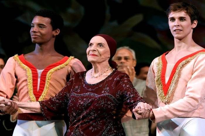 Η Αλίσια Αλόνσο σε φωτογραφία από παράσταση με δύο χορευτές δίπλα της