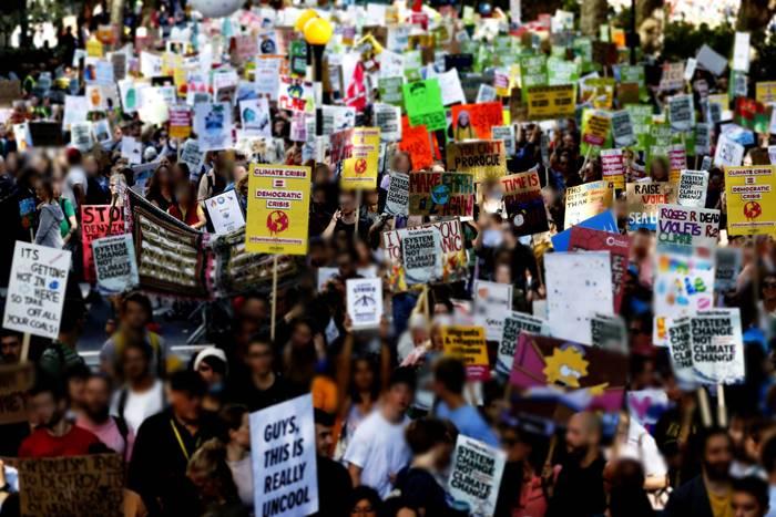 Φωτογραφία από ανθρώπους που διαδηλώνουν