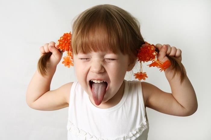 κοριτσάκι που τραβάει τα μαλλιά του και φωνάζει
