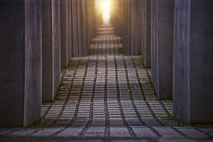 Μεγάλος διάδρομος και στο βάθος ένα φως