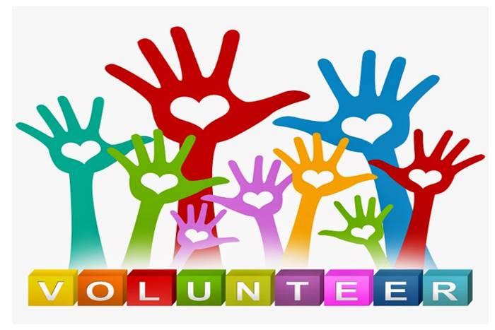 Χρωματιστά χέρια με σχηματισμένη μια καρδιά στην παλάμη και η λέξη volunteer