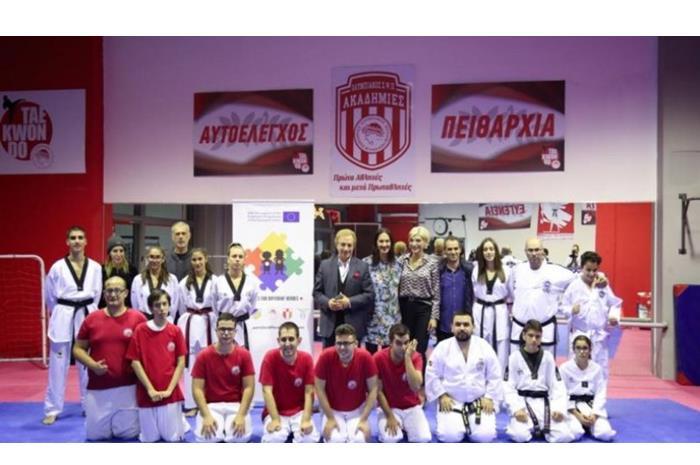 Ομαδική Φωτογραφία από την εκδήλωση του ολυμπιακού με επισήμους,προπονητές, παιδιά
