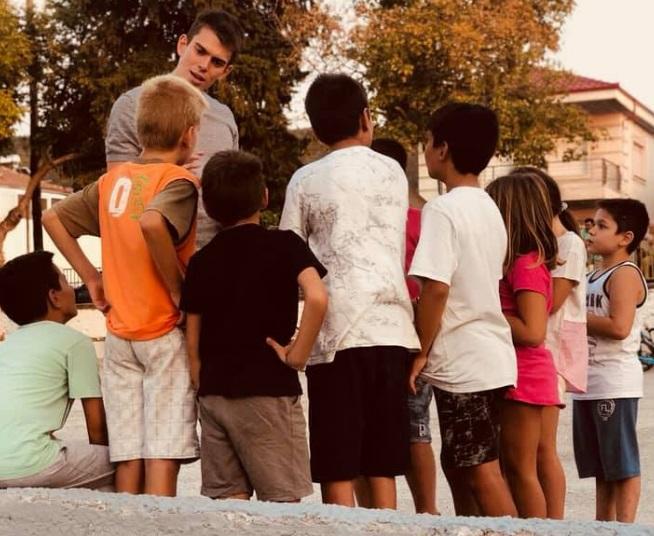 Ο Στέλιος Μαλακόπουλος μιλώντας σε παιδιά σε σχολείο