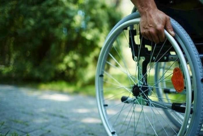 άνθρωπος σε αναπηρικό αμαξίδιο