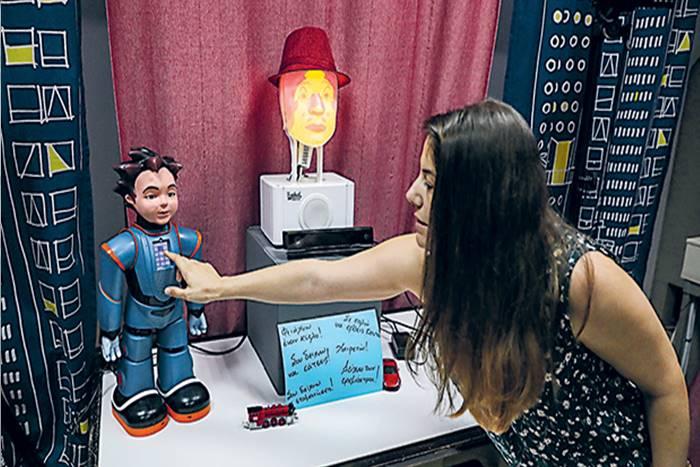 Κοπέλα αγγίζει ρομπότ