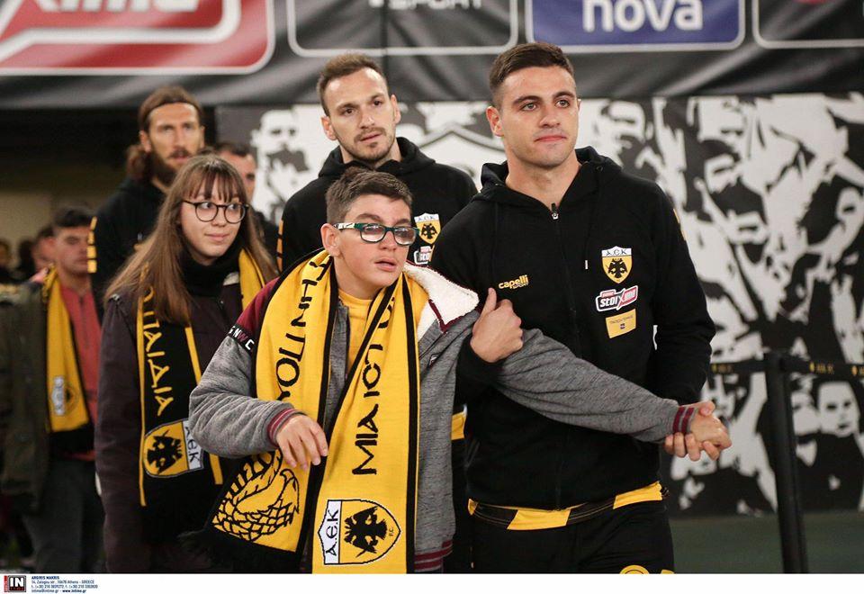 παίκτης της ΑΕΚ βγαίνει με παιδί στο γήπεδο