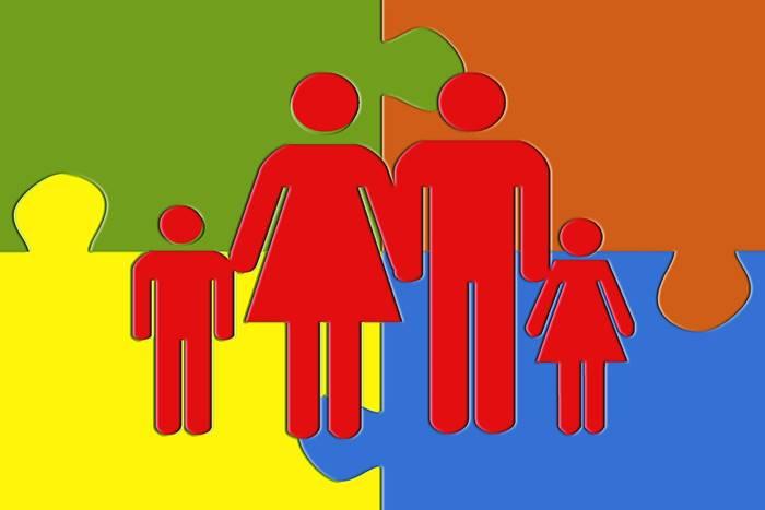 σκίστο οικογένειας που βρίσκεται μέσα σε πολύχρωμο puzzle
