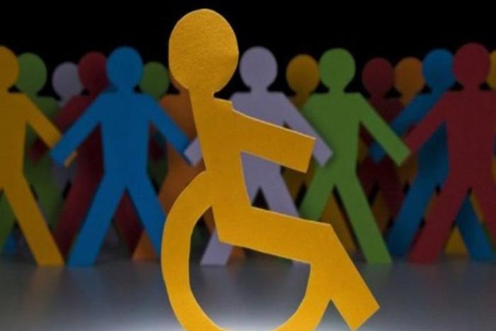 χάρτινο σκίτσο ανθρώπου σε αναπηρικό αμαξίδιο