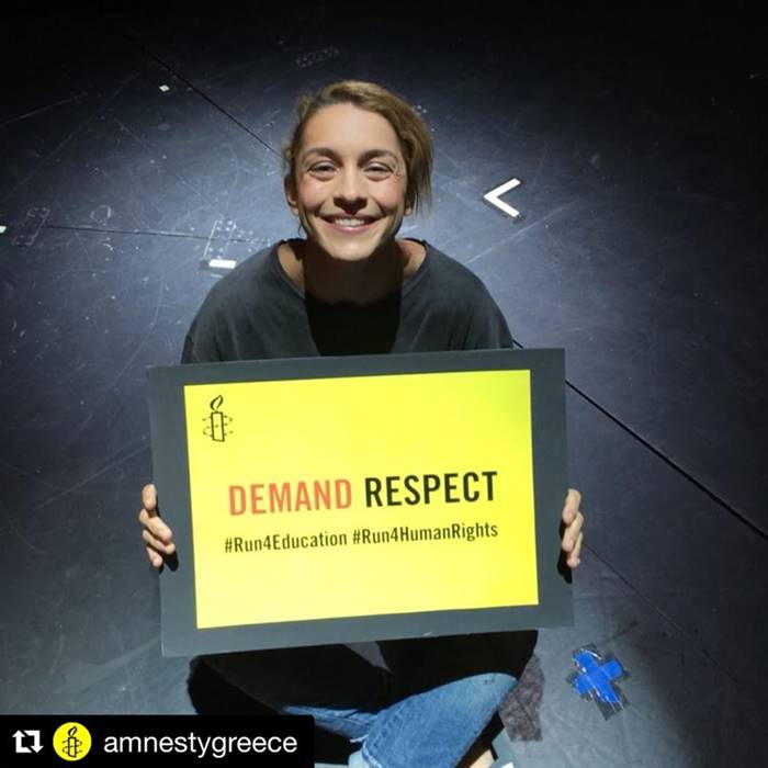"""Η Γιούλικα με το σήμα της Διεθνούς Αμνηστία """"Τρέχουμε για τα ανθρώπινα δικαιώματα"""""""