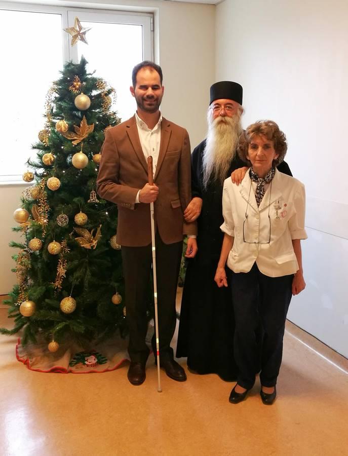 Ο Βαγγέλης Αυγουλάς με τον Πρωτοπρεσβύτερο κ. Ιωσήφ Έκερτ και τη Διευθύνουσα του Νοσοκομείου κα Μαρία Φιλιππάτου