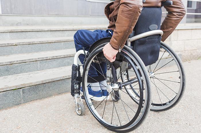 αναπηρικό αμαξίδιο μπροστά σε σκαλοπάτια