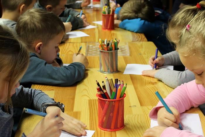 παιδιά ζωγραφίζουν