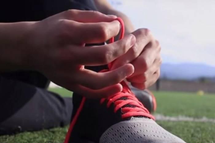 Στιγμιότυπο από το βίντεο παιδί που δένει τα κορδόνια του