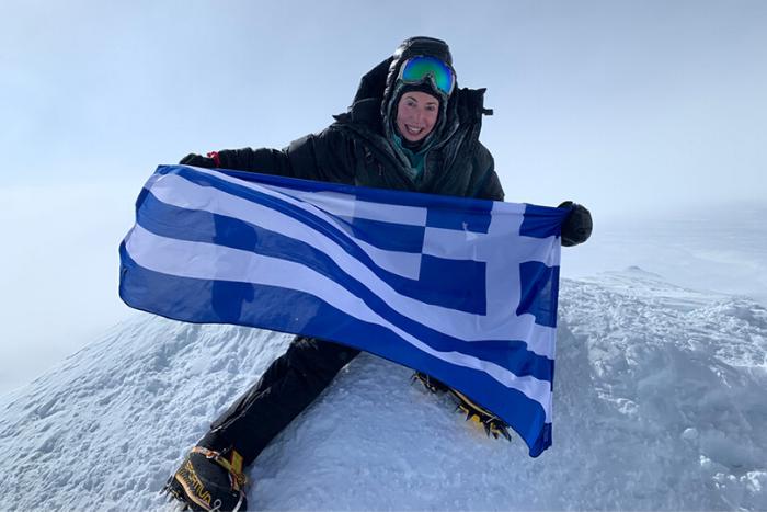 Η Χριστίνα Φλαμπούρη κρατάει την ελληνική σημαία στην ψηλότερη κορυφή της Ανταρκτικής