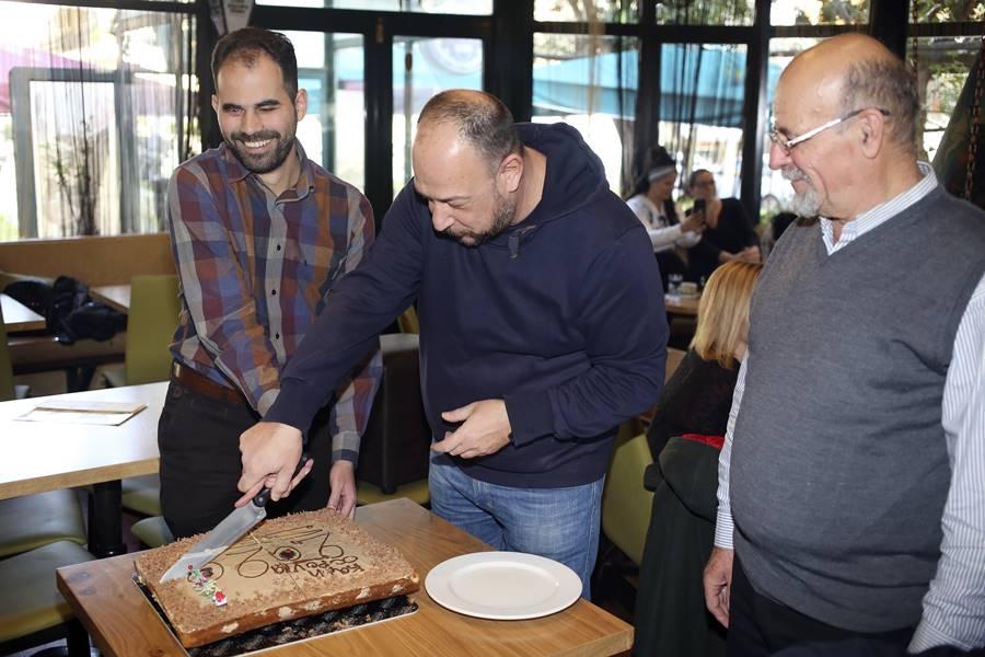 Ο Βαγγέλης Αυγουλάς, ο Νίκος Ράπτης και ο Μανώλης Αχλαδιανάκης στο κόψιμο της πίτας