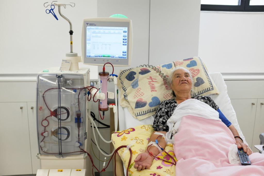 ηλικιωμένη γυναίκα κάνει αιμοκάθαρση