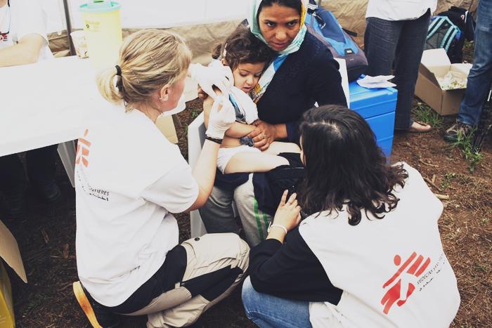 Γιατροί χωρίς σύνορα εξετάζουν και εμβολιάζουν παιδί στη Μόρια