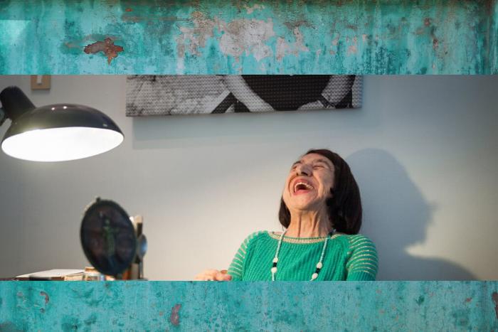Η Κατερίνα Αγγελάκη Ρουκ σε στιγμιότυπο που γελάει δυνατά