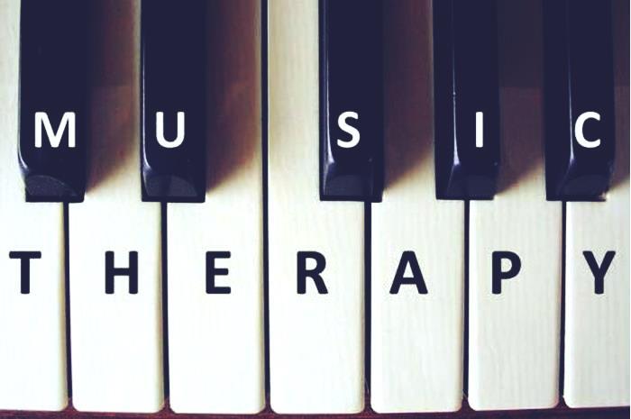 πλήκτρα πιάνου που πάνω γράφουν music therapy