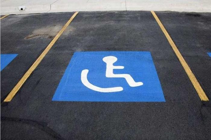 αναπηρικό σήμα στάθμευσης