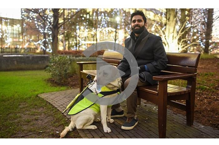 Ο Αμίτ Πατέλ με τον σκύλο οδηγό του
