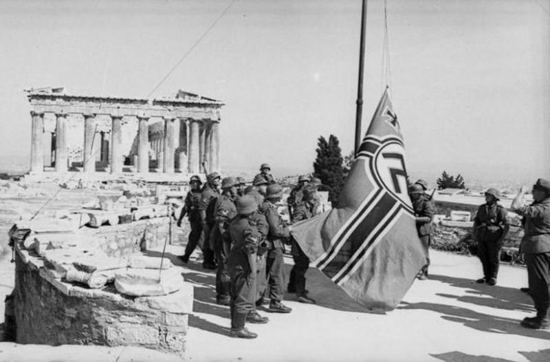Ο Μανώλης Γλέζος κατεβάζει τη γερμανική σημαία από τον Ακρόπολη